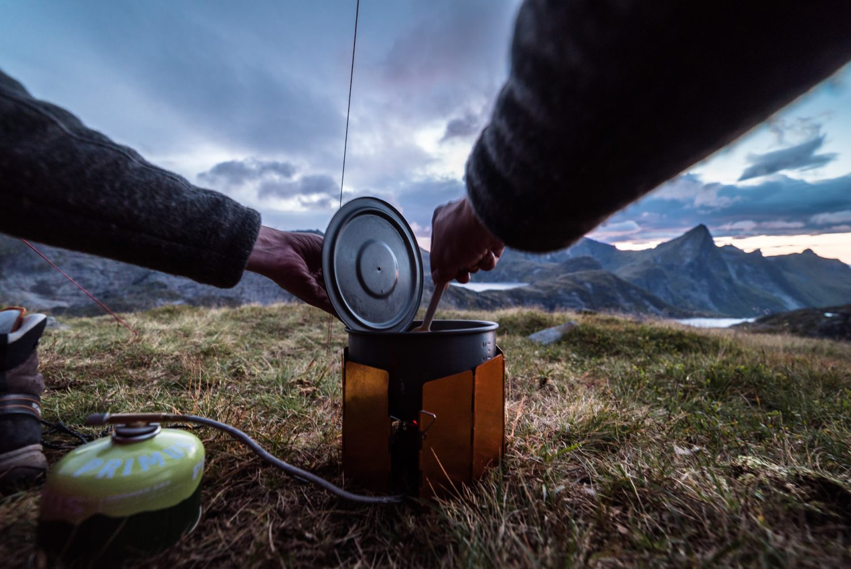 Kochen auf dem Campingkocher am Munken, Lofoten