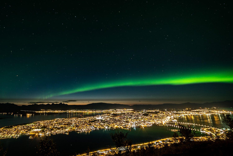 Blick vom Storsteinen über Tromsø mit Nordlichtern