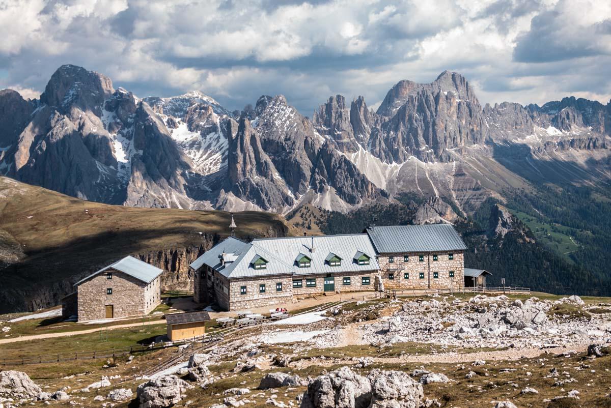 Blick auf das Schlernhaus und Rosengartenmassiv in den Dolomiten