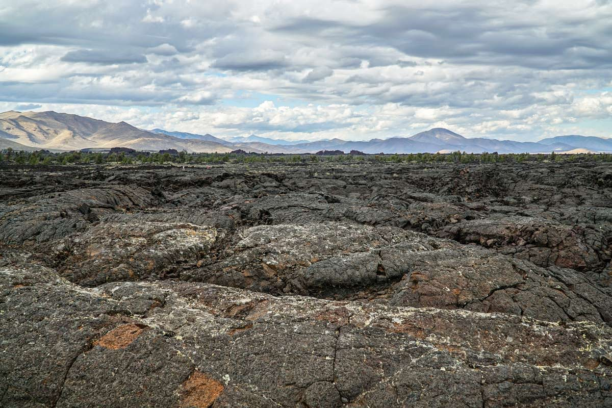 Karge Lavalandschaft im Craters of the Moon National Monument and Preserve