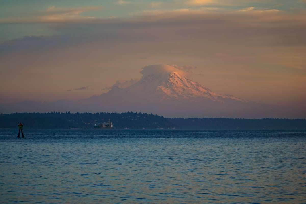 Blick auf Mount Rainier von der Bainbridge Island Ferry