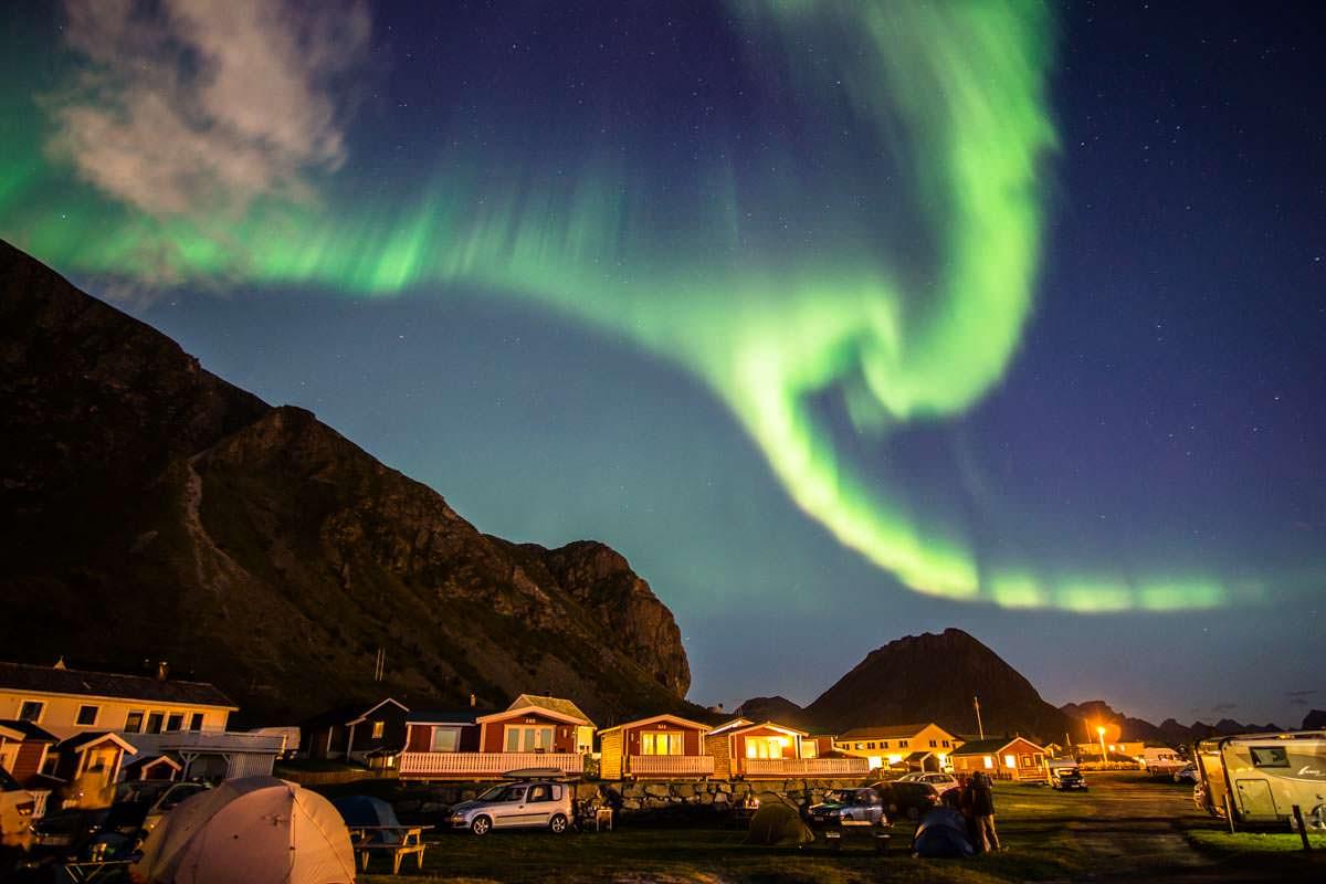 Nordlichter über dem Campingplatz in Ramberg (Lofoten, Norwegen)