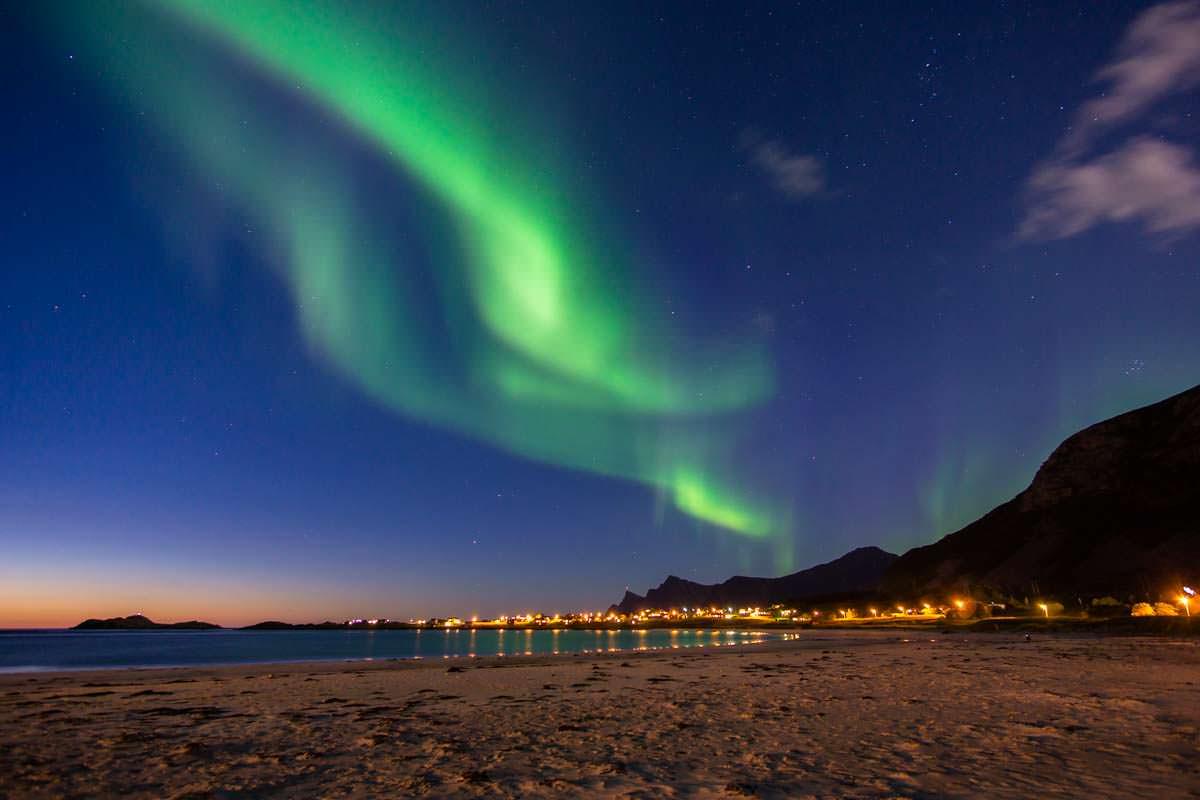 Nordlichter über dem Strand von Ramberg (Lofoten, Norwegen)