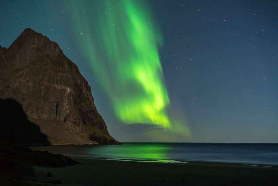 Nordlichter am Strand von Kvalvika (Lofoten, Norwegen)