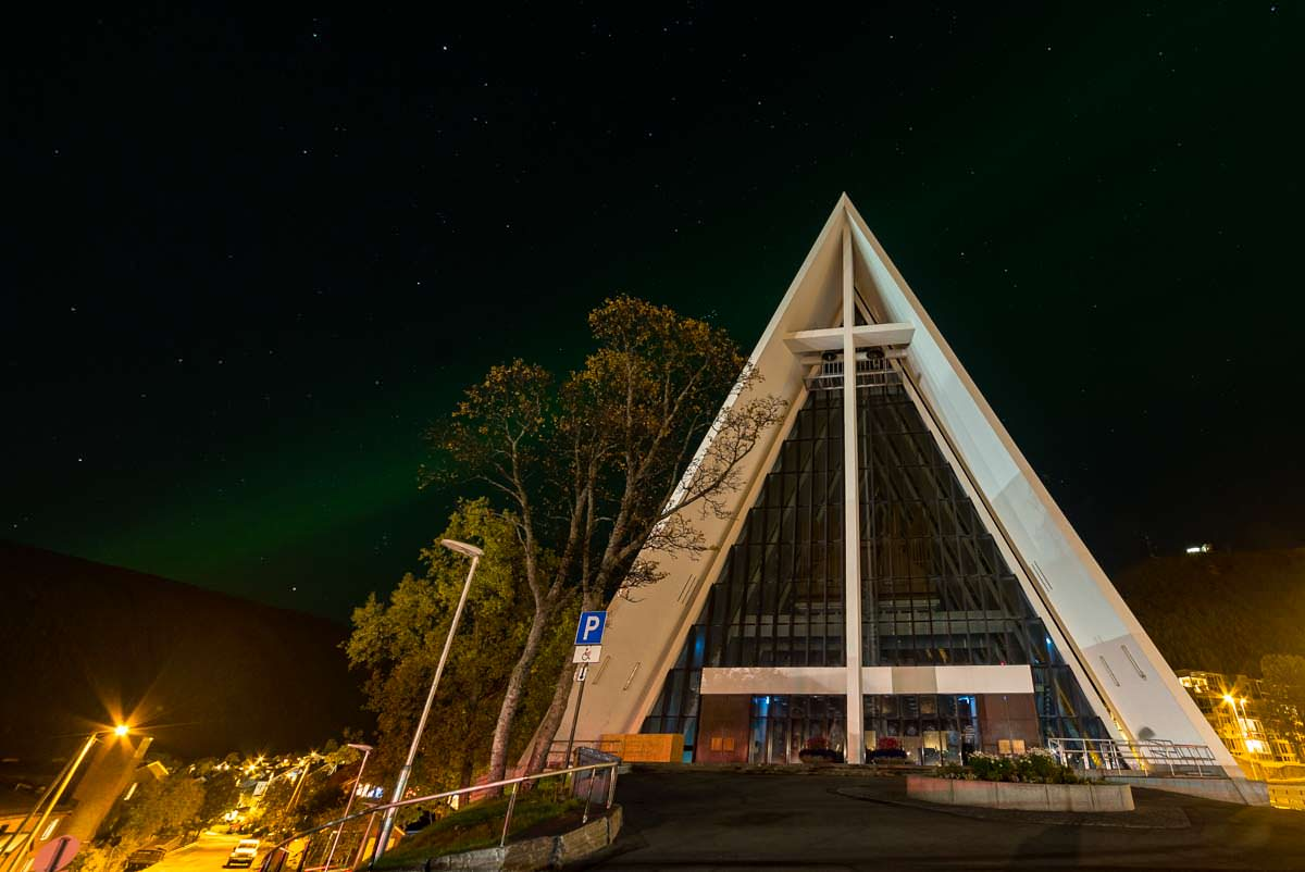 Nordlichter über der Eismeerkathedrale (Tromso, Norwegen)