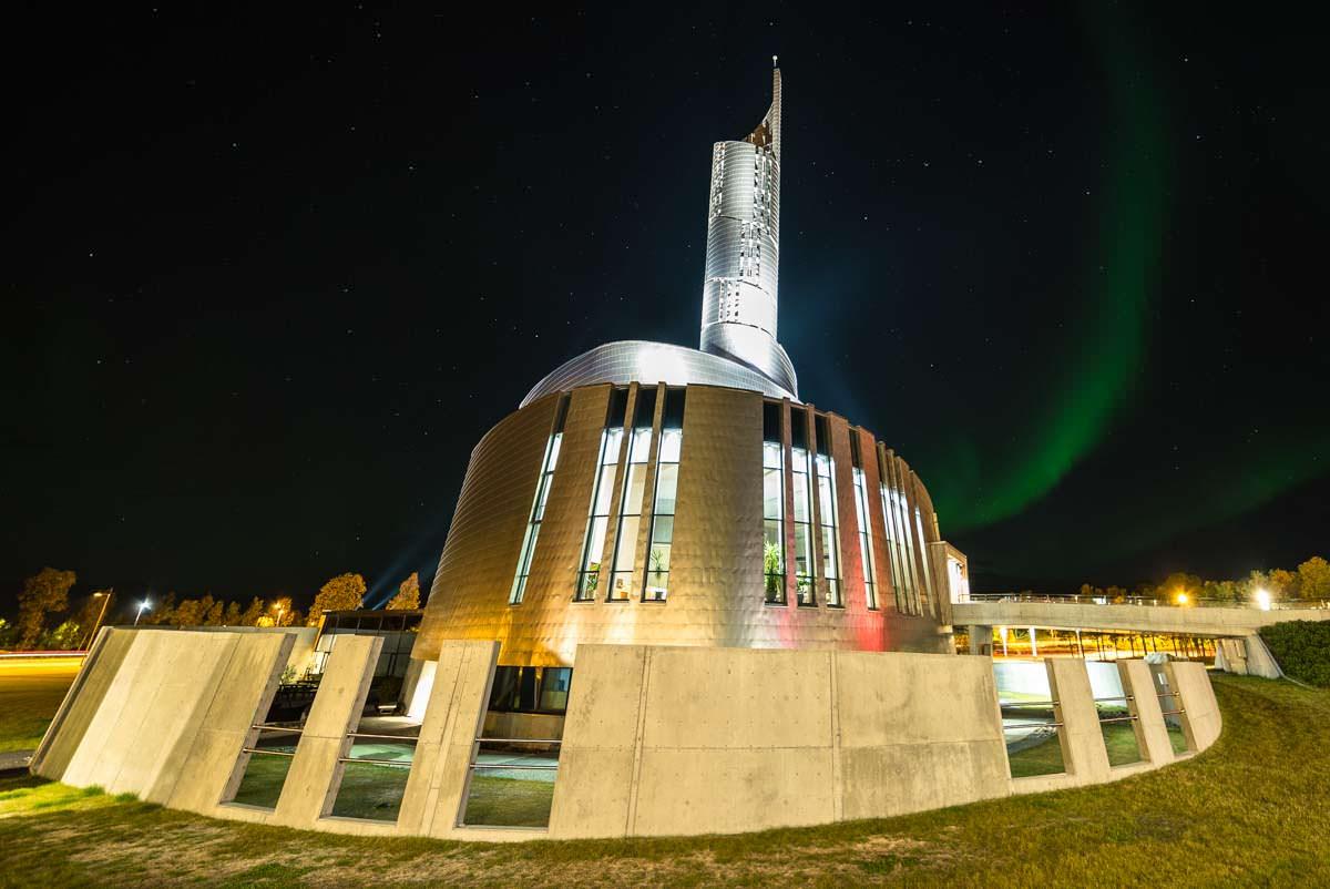 Nordlichter über der Nordlichtkathedrale (Alta, Norwegen)