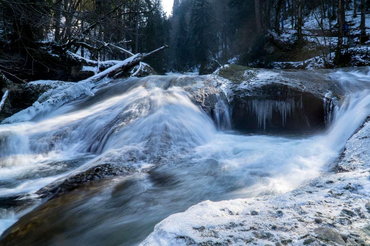 Wasserfall mit Eiszapfen im Eistobel (Allgäu)