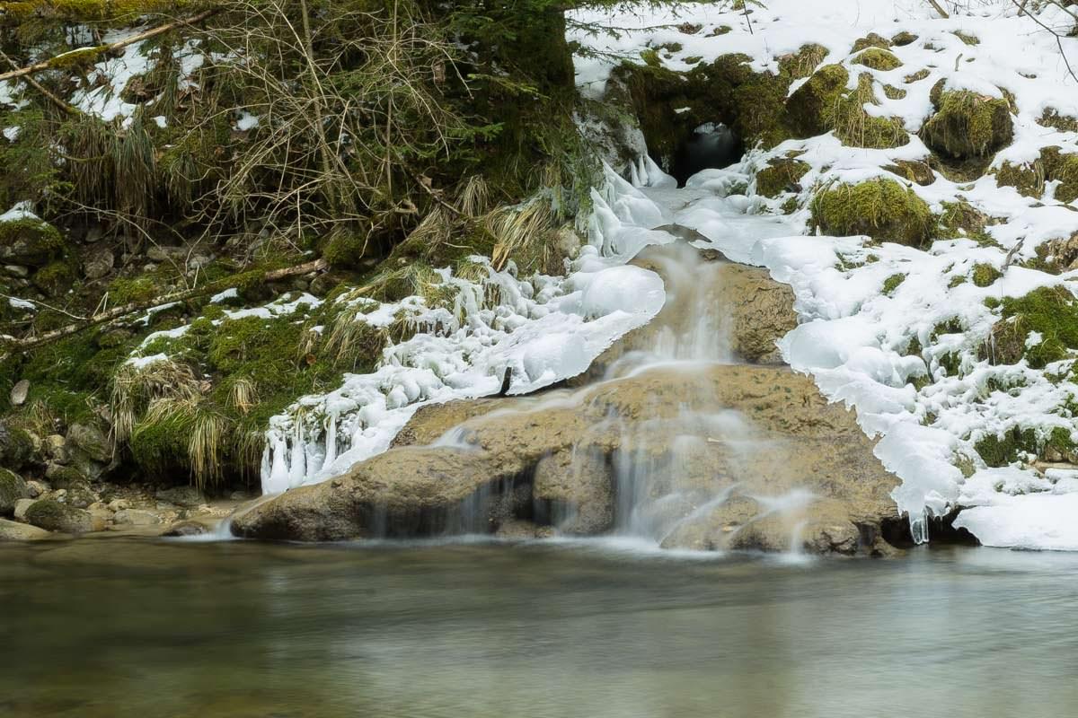 Mini-Wasserfall im Eistobel im Winter