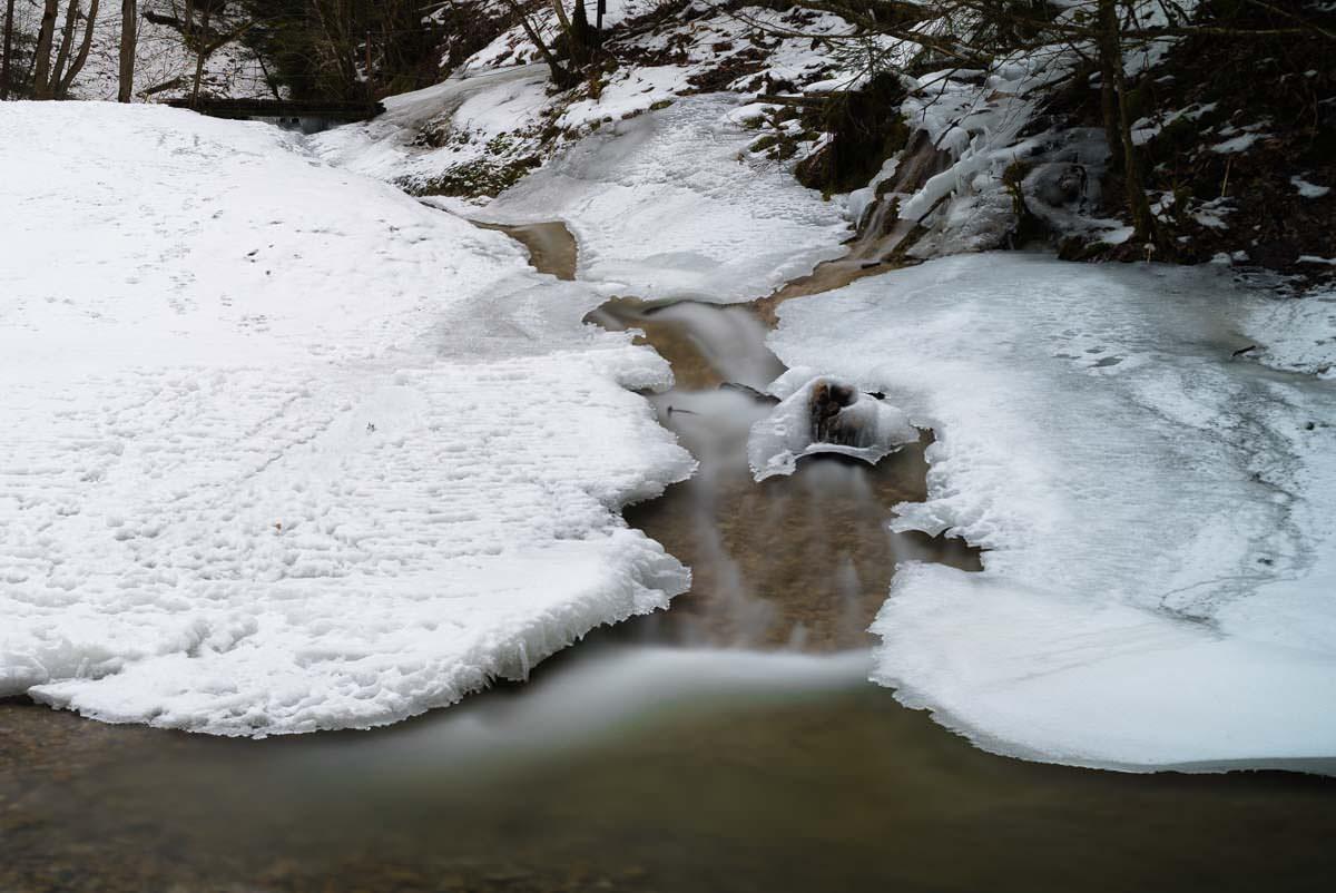 Gefrorener Wasserfall im Eistobel im Winter