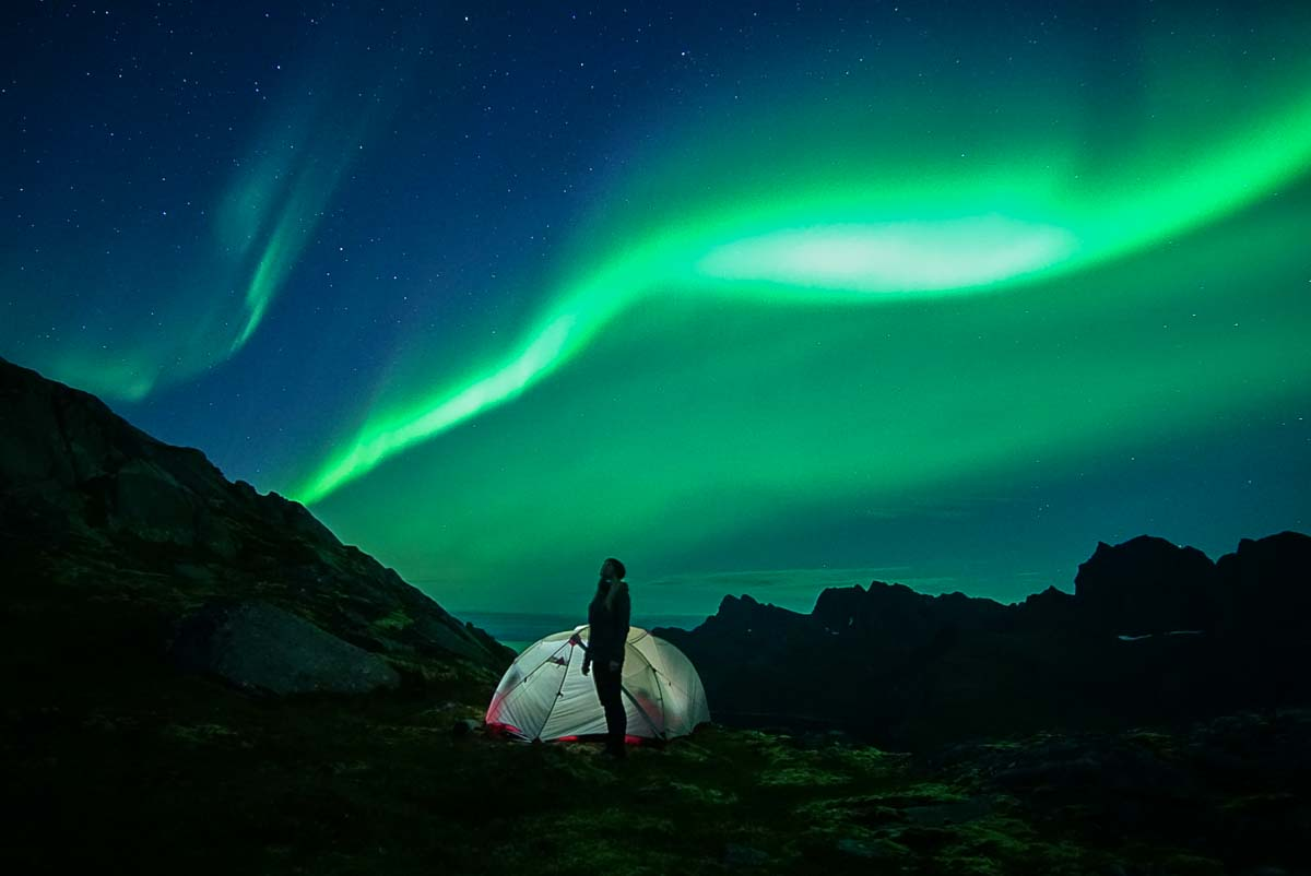 Nordlichter über dem Fageraskaret Pass (Lofoten, Norwegen)