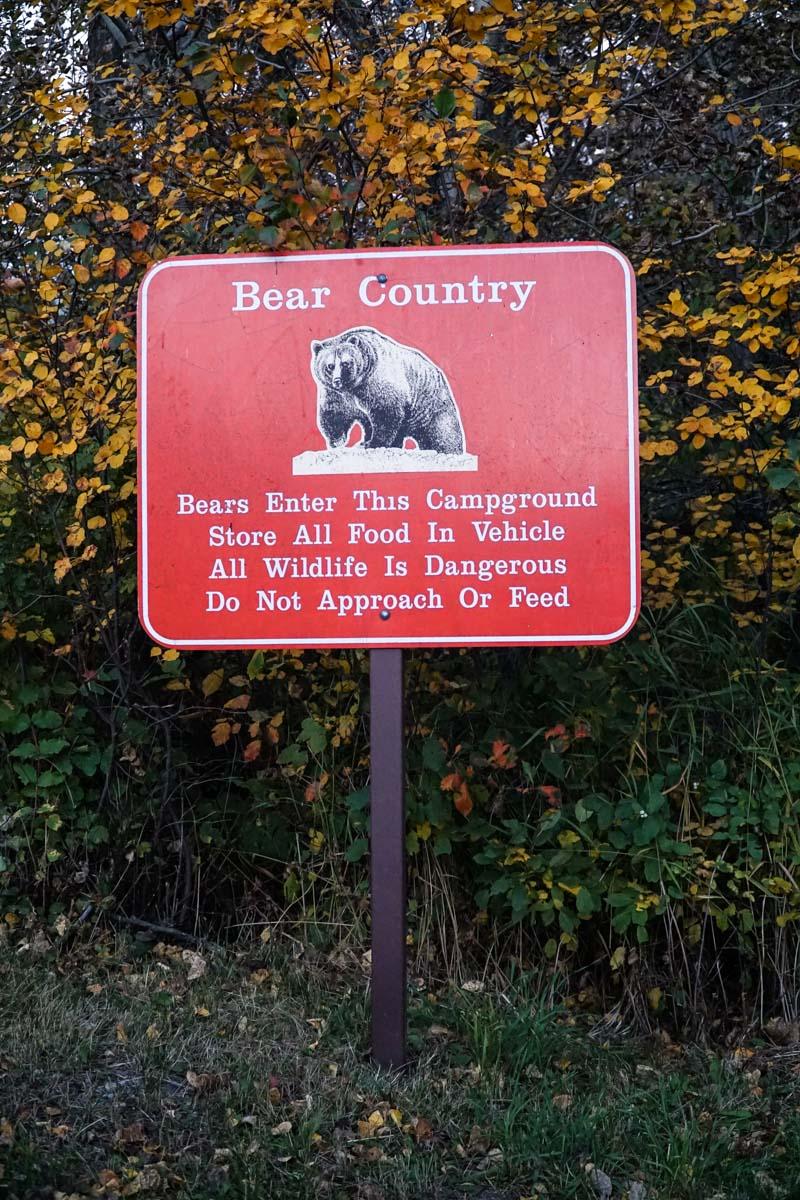 Warnung und Tipps für den Umgang mit Bären am St. Mary Campsite im Glacier Nantionalpark