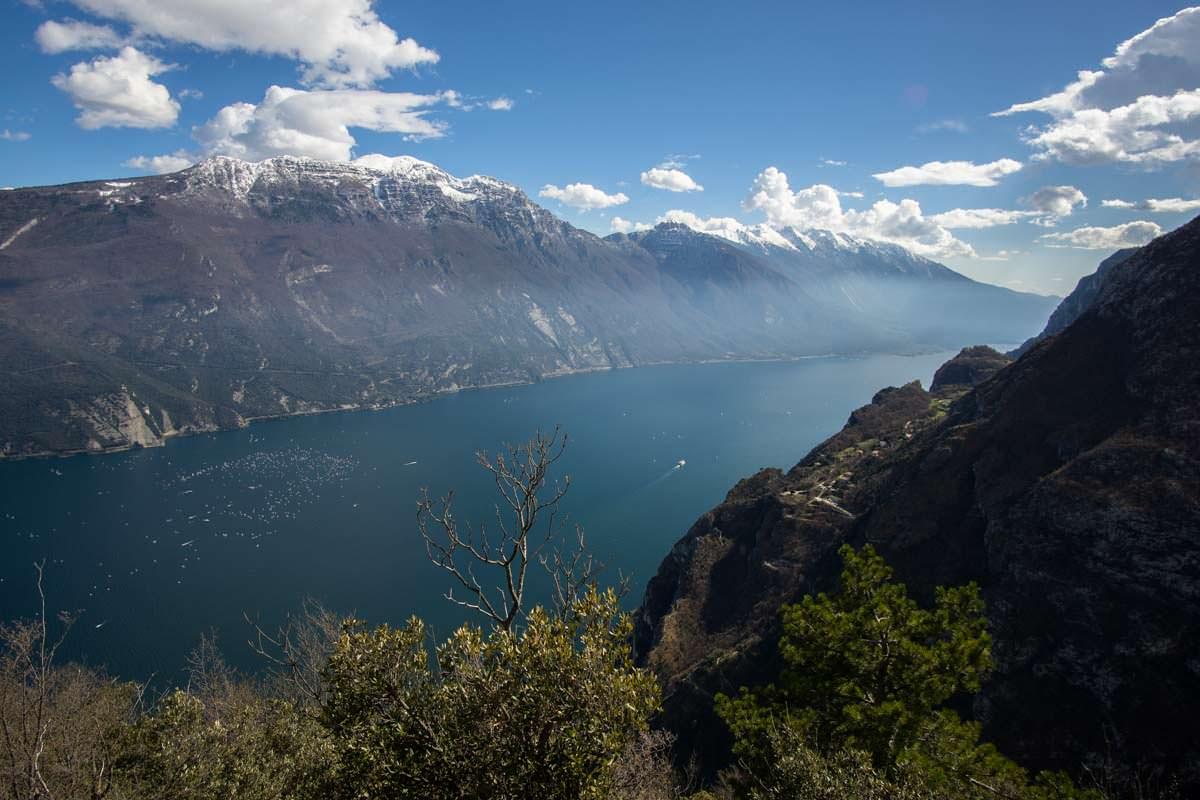 Der Gardasee mit Monte Baldo Massiv im Hintergrund