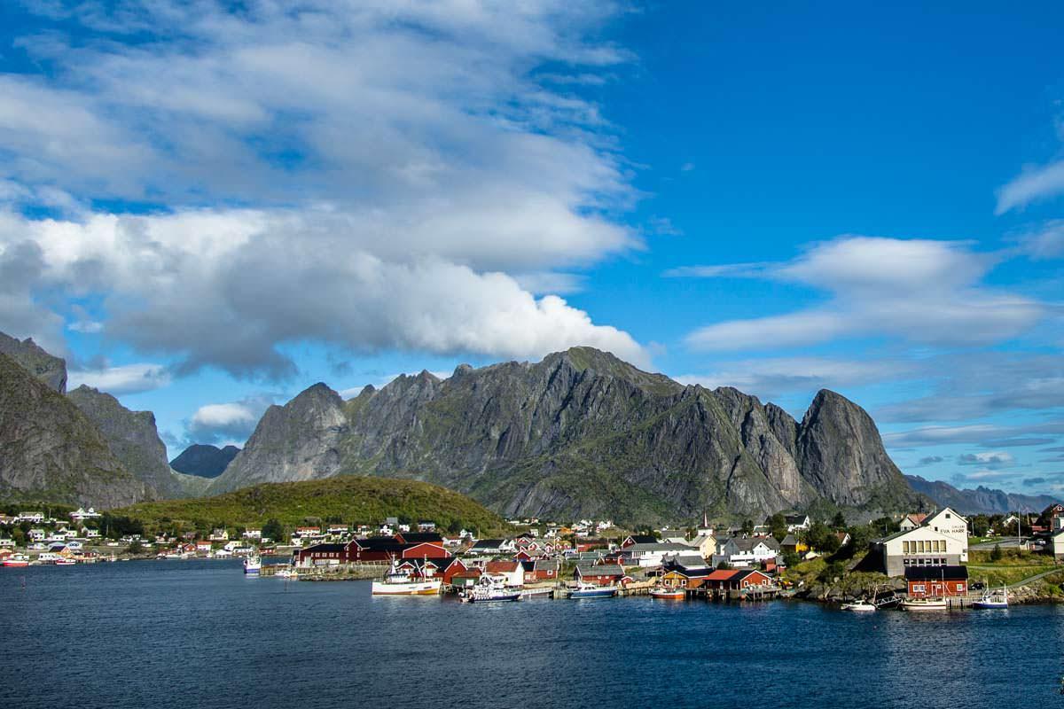 Die Rorbuer von Reine wecken romantische Gedanken an die Lofoten: einer der Gründe für eine Reise in den Norden von Norwegen!