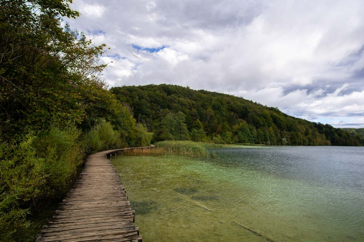 Holzwege am Proscansko See im Nationalpark Plitvicer Seen