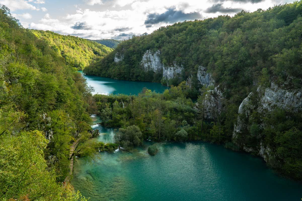 Blick von Oben auf die Kalksteinschlucht der Unteren Seen im Nationalpark Plitvicer Seen