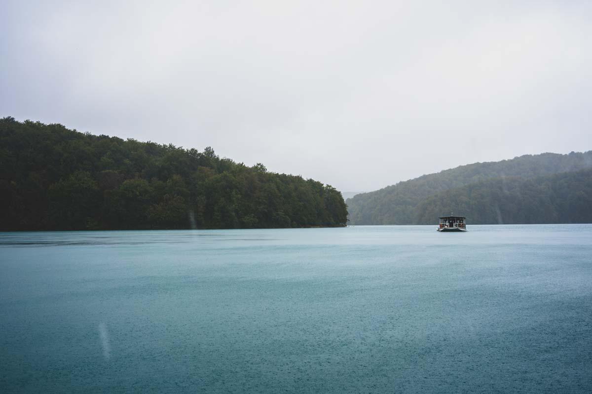 Elektroboot auf dem Kozjak See im Nationalpark Plitvicer Seen