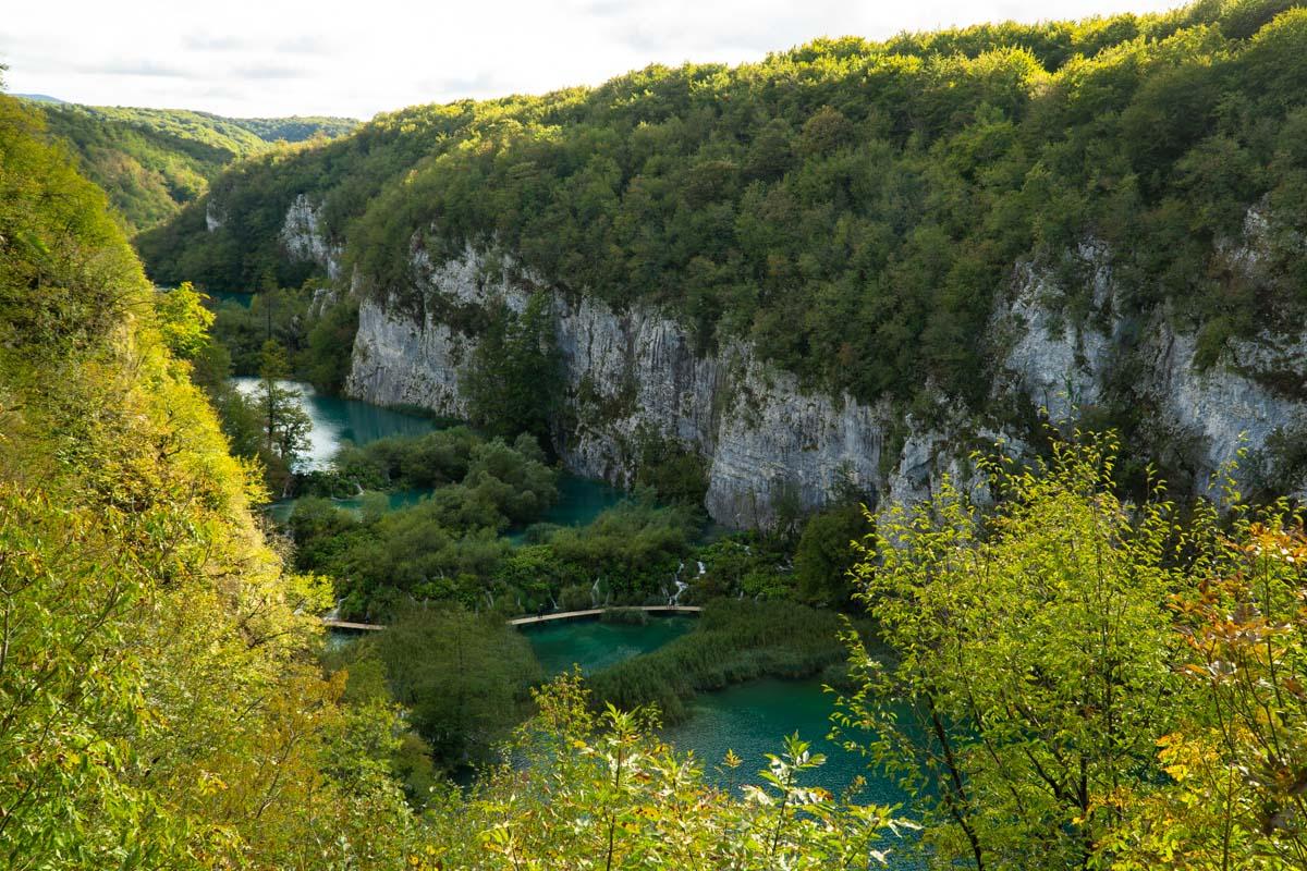 Blick von oben auf die Plitvicer Seen im Herbst