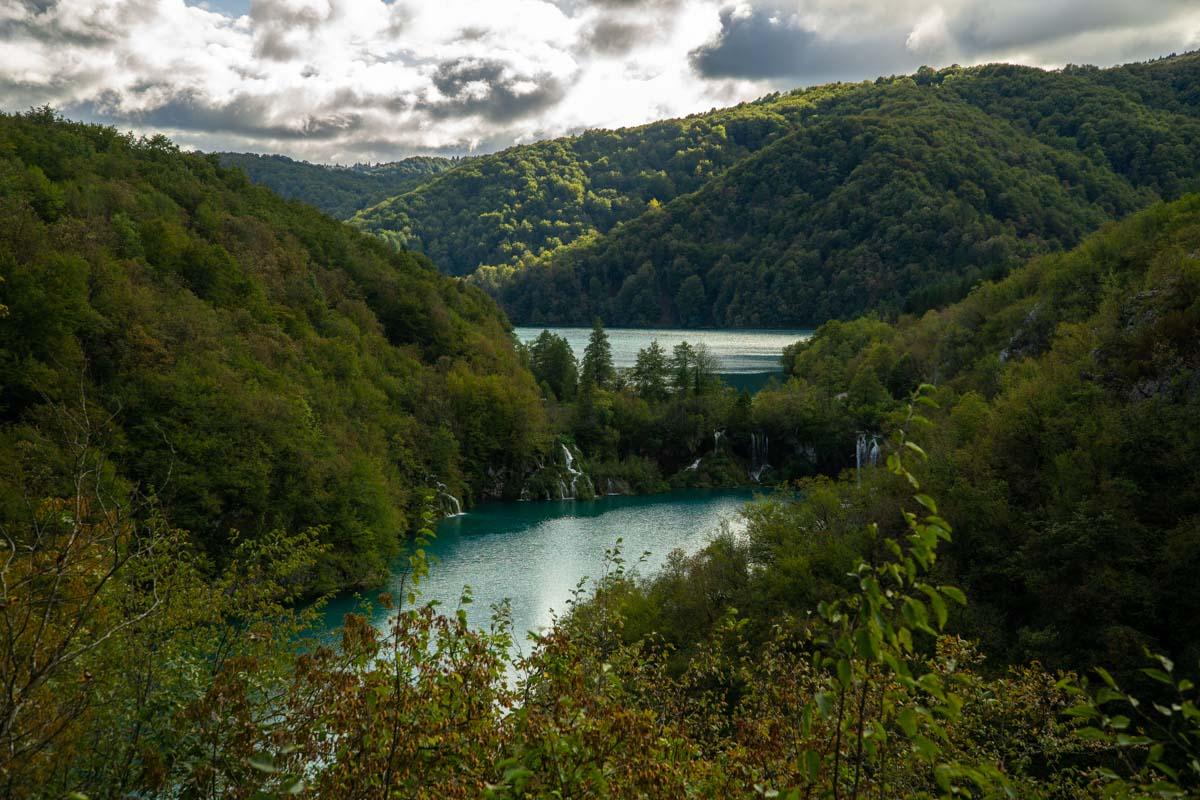 Blick von Oben auf die Unteren Seen im Nationalpark Plitvicer Seen