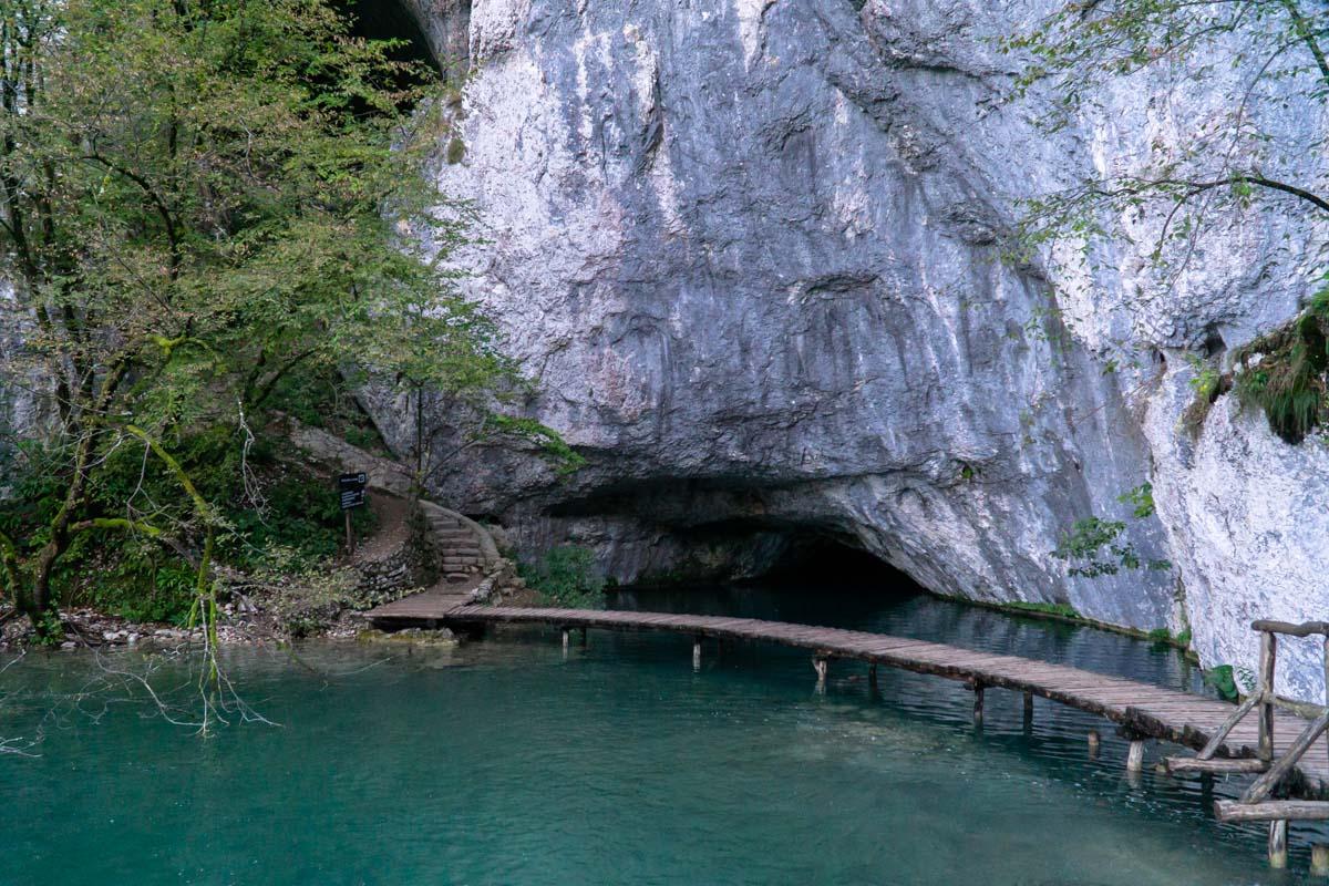 """Aufgang zur Schatzhöhle im Nationalpark Plitvicer Seen aus """"Der Schatz im Silbersee"""""""