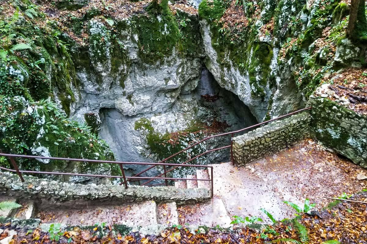 Oberer Eingang zur Schatzhöhle im Nationalpark Plitvicer Seen