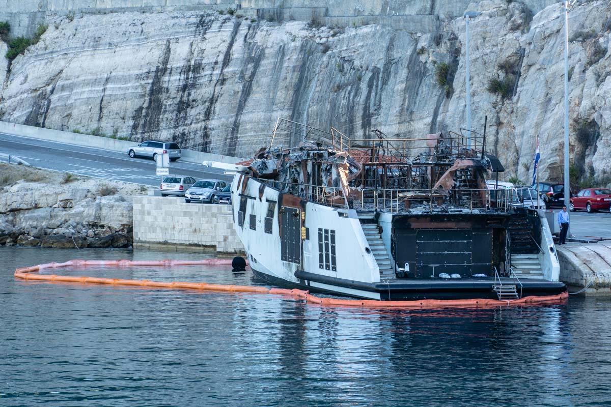 Ausgebrannte Fähre in Kroatien