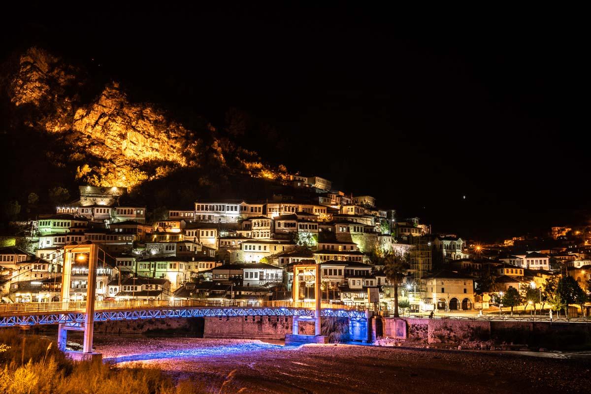 Altstadt von Berat bei Nacht