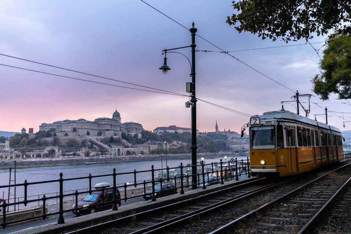 Straßenbahn neben Donau und Palast (Budapest, Ungarn)