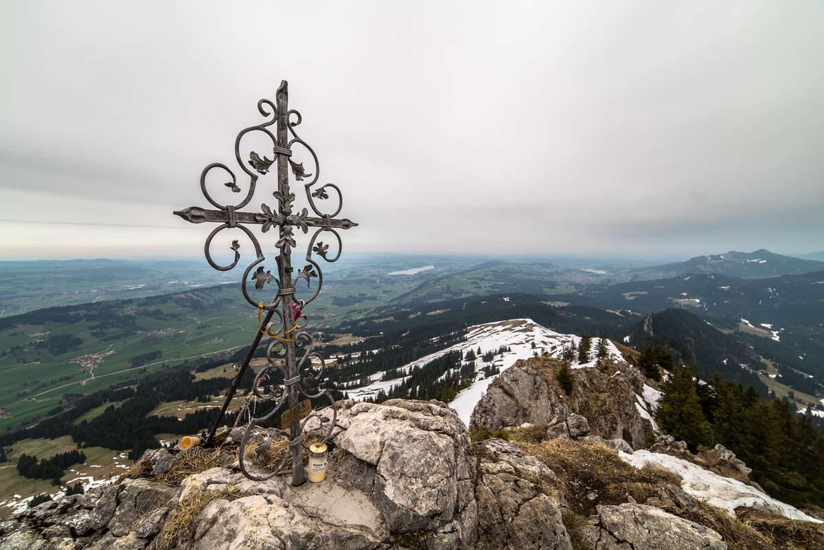 Gipfelkreuz am Grünten im Winter.