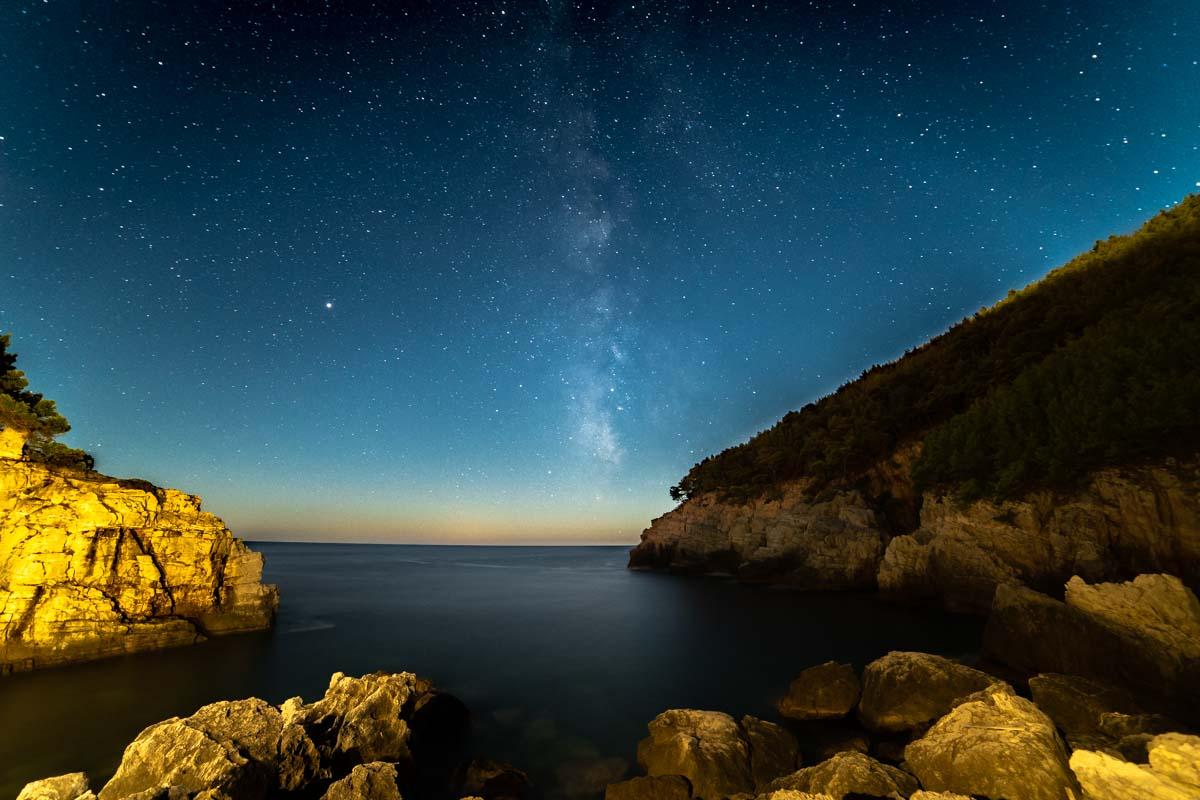 Milchstraße über einer Bucht der Insel Mljet (Kroatien)