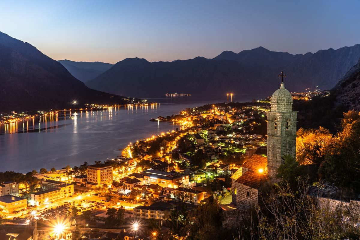 Blick auf Kotor bei Nacht (Montenegro)