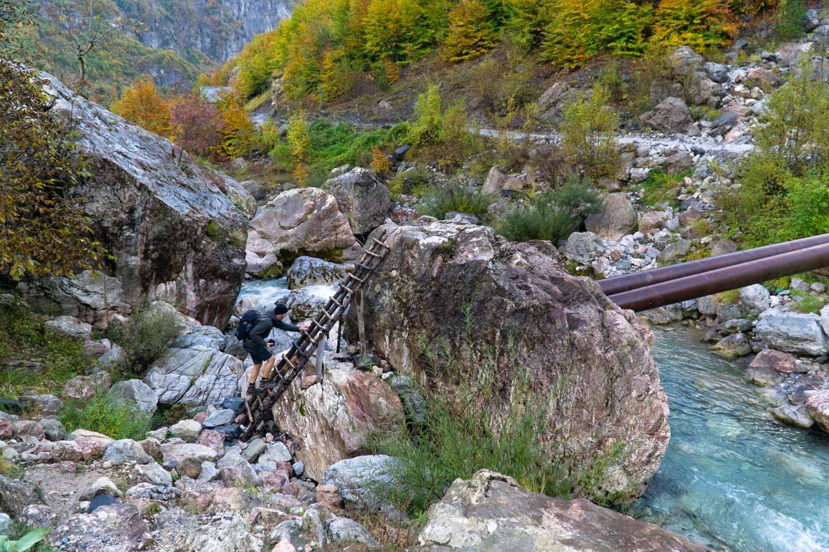 Rohrbrücke bei Theth (Albanien)