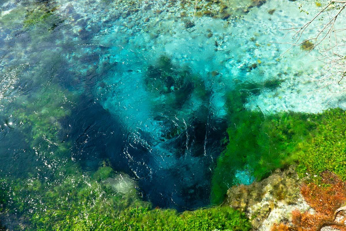 Die Frischwasserquelle Syri i Kalter (Das Blaue Auge), Albanien
