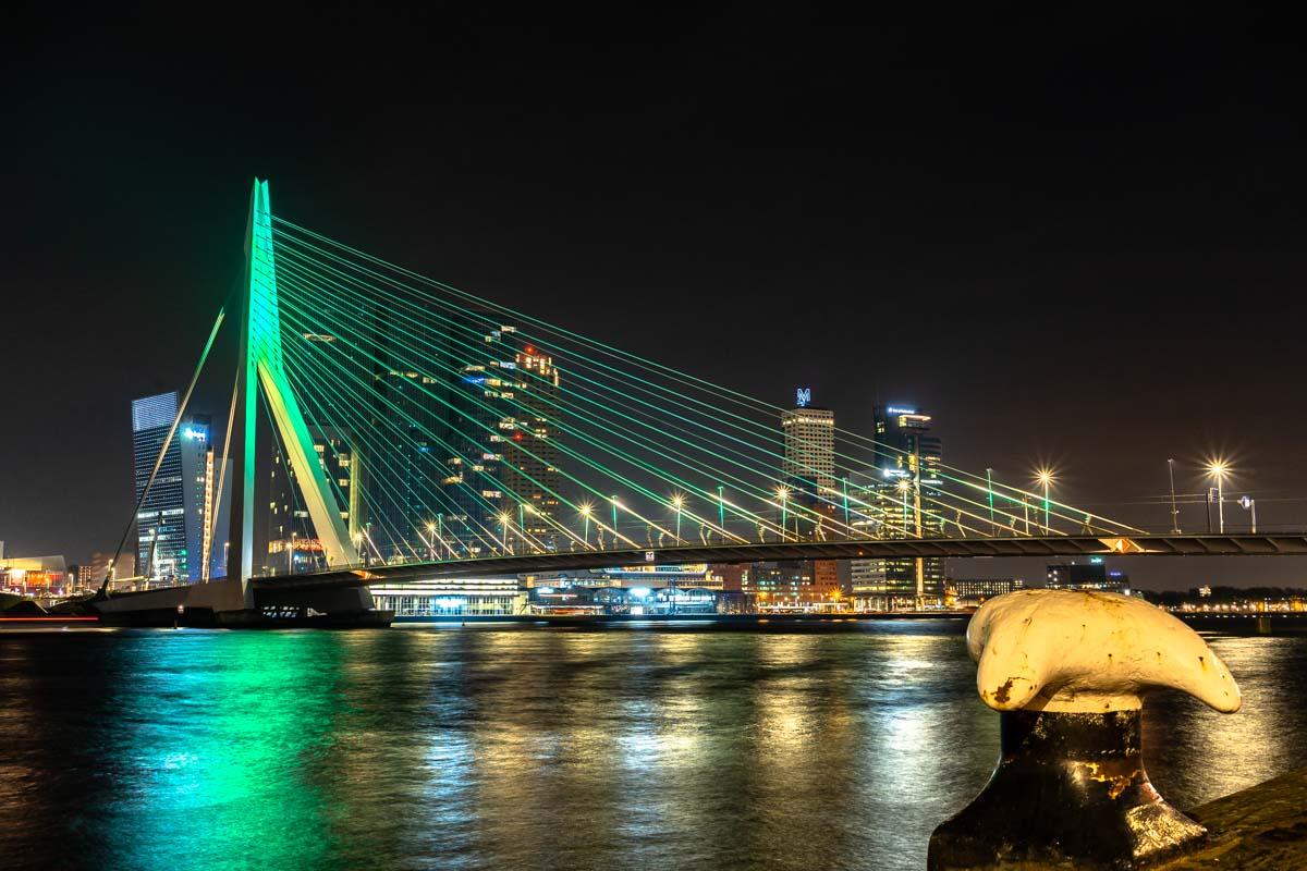 Erasmusbrücke und Neue Maas bei Nacht