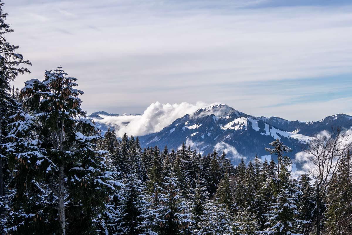 Wolken umspielen die Allgäuer Alpen
