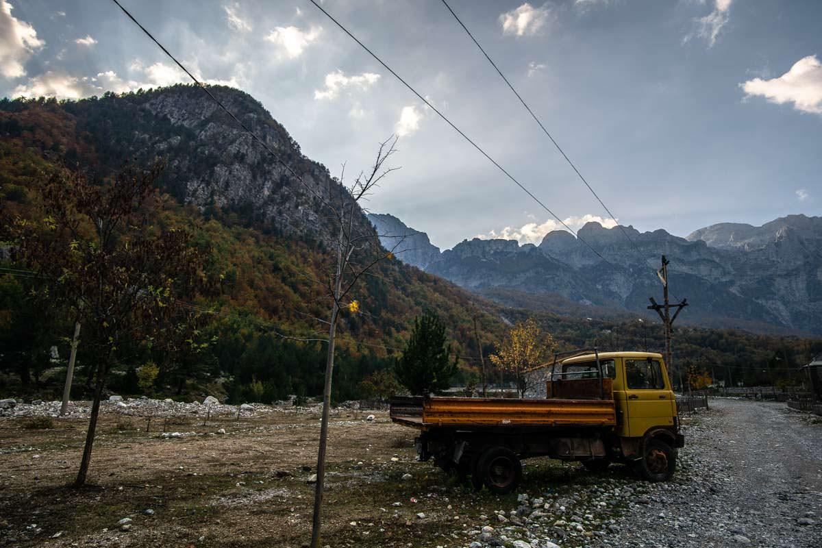 Dorfstraße von Theth (Albanien)