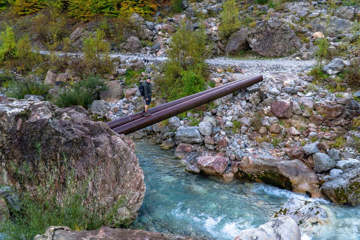 Rohrbrücke in Theth (Albanien)