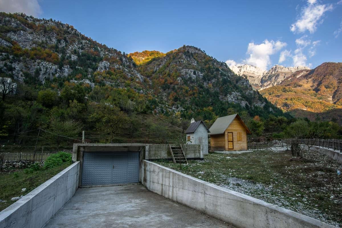 Hauptsache die Tiefgarage steht schon mal (Theth, Albanien)