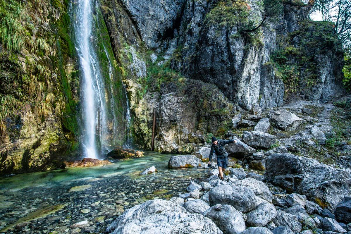 Der Wanderweg durch den Grunas Wasserfall (Theth, Albanien)