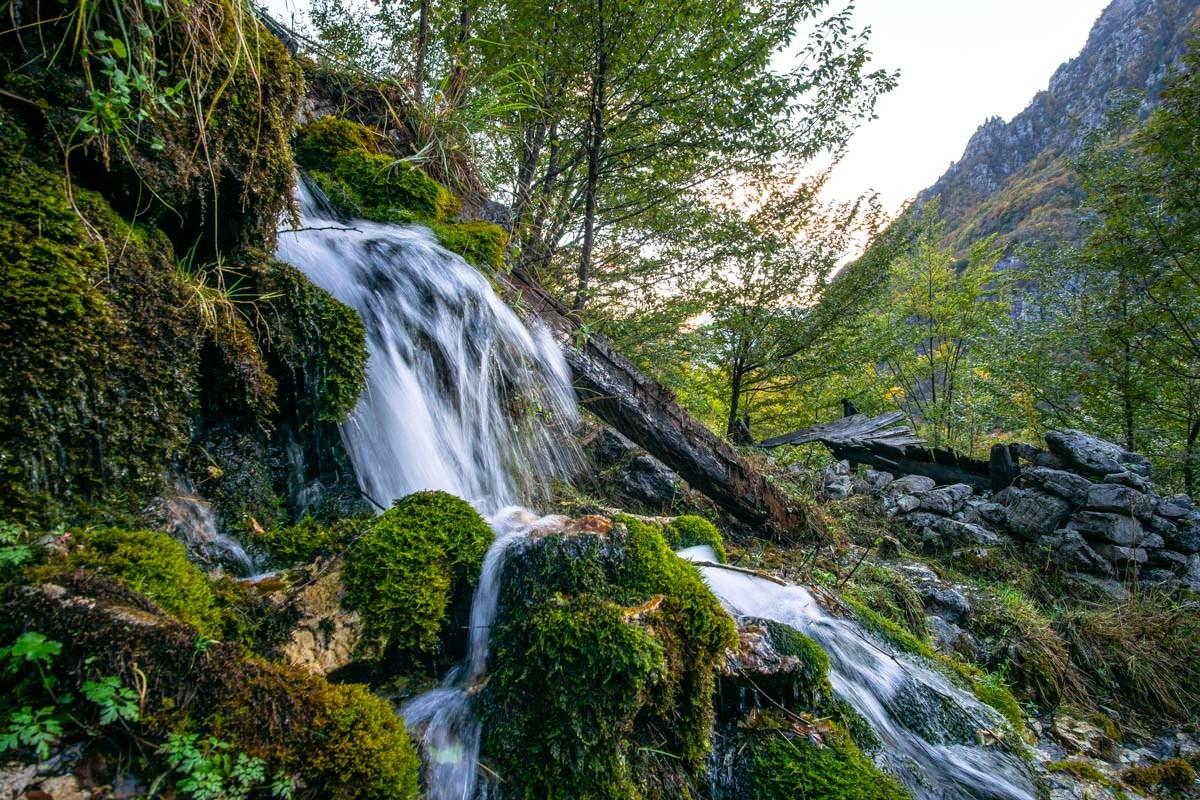 Der Grunas Wasserfall fließt in den Shala Fluss ab.