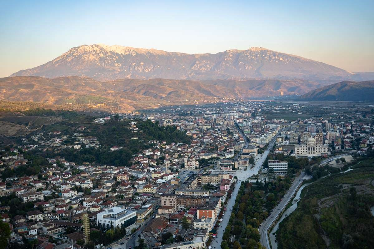 Blick vom Wachtturm über Berat und das Tomorr-Gebirge