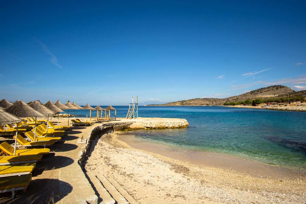 Liegestühle am Strand von Ksamil