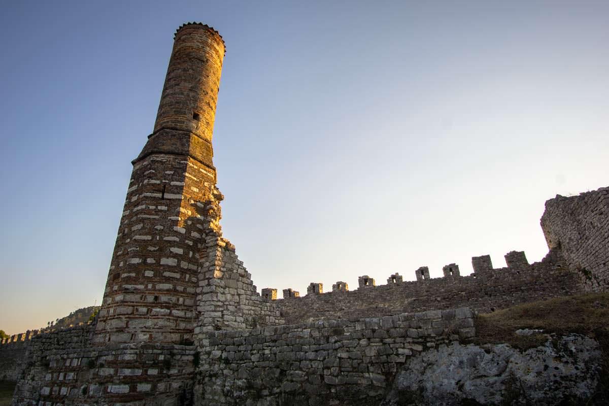 Ruine und Minarett der Roten Moschee von Berat