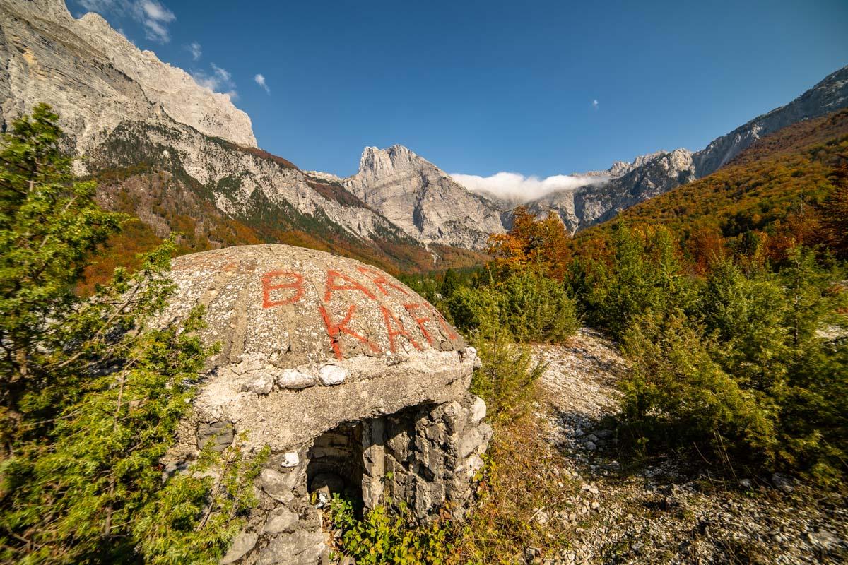 Bunker in den Albanischen Alpen mit Blick auf den Arapi