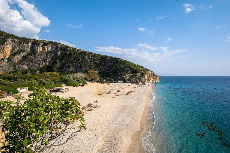 Der weiße Sandstrand am Gjipe Beach in Albanien