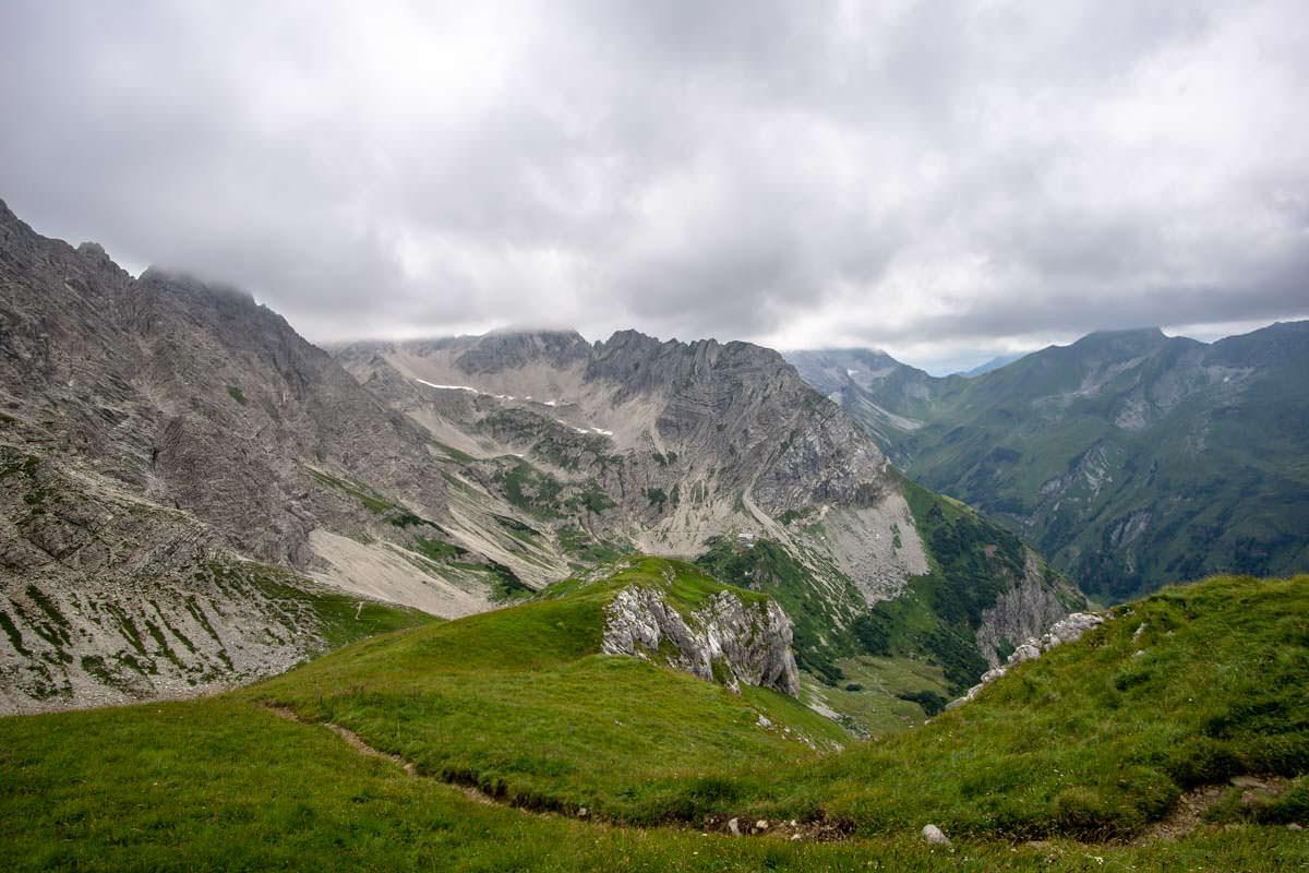 Die Allgäuer Hochalpen vereinen schroffe Gipfel mit grünen Almen