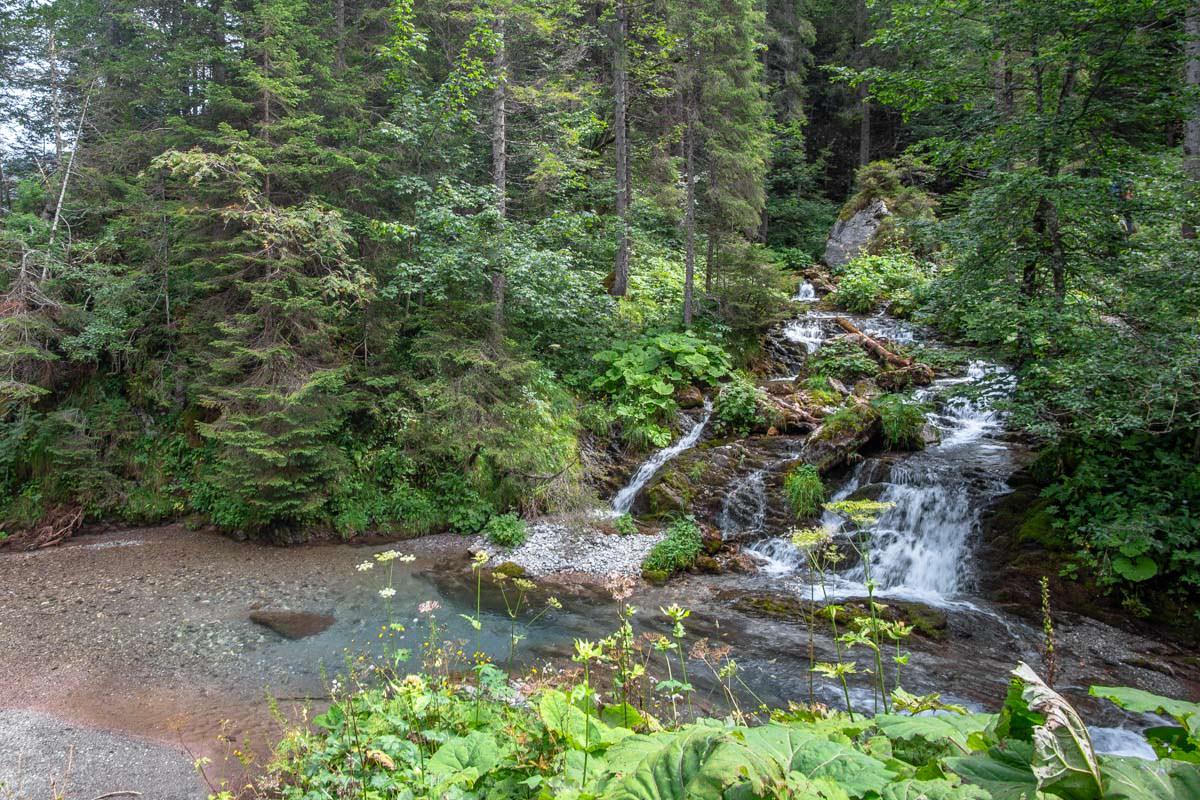 Der Bärgündelesbach fließt über mehrere Kaskaden neben dem Wanderweg entlang