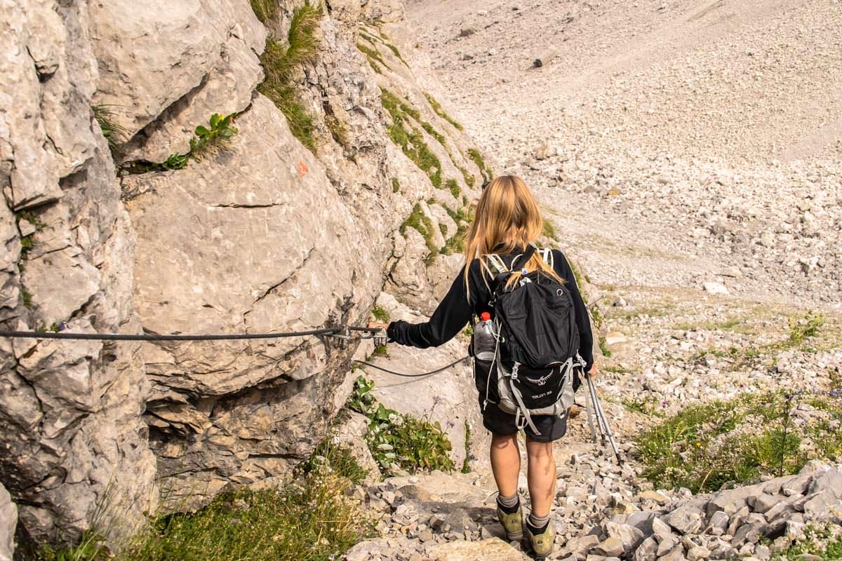Der Abstieg von der Bockkarscharte führt über ein steiles und rutschiges Geröllfeld
