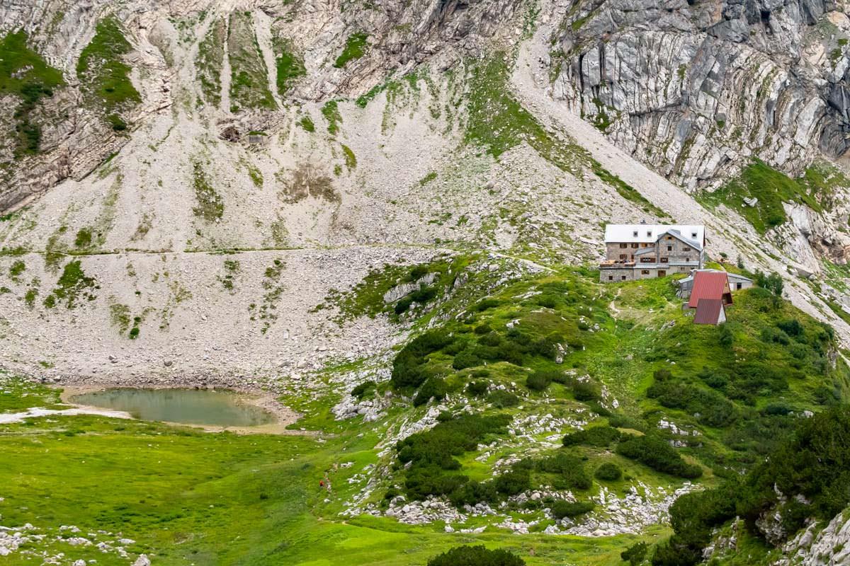 Das Prinz-Luitpold-Haus liegt direkt vor den schroffen Wänden des Wiedemerkopf und neben einem kleinen See