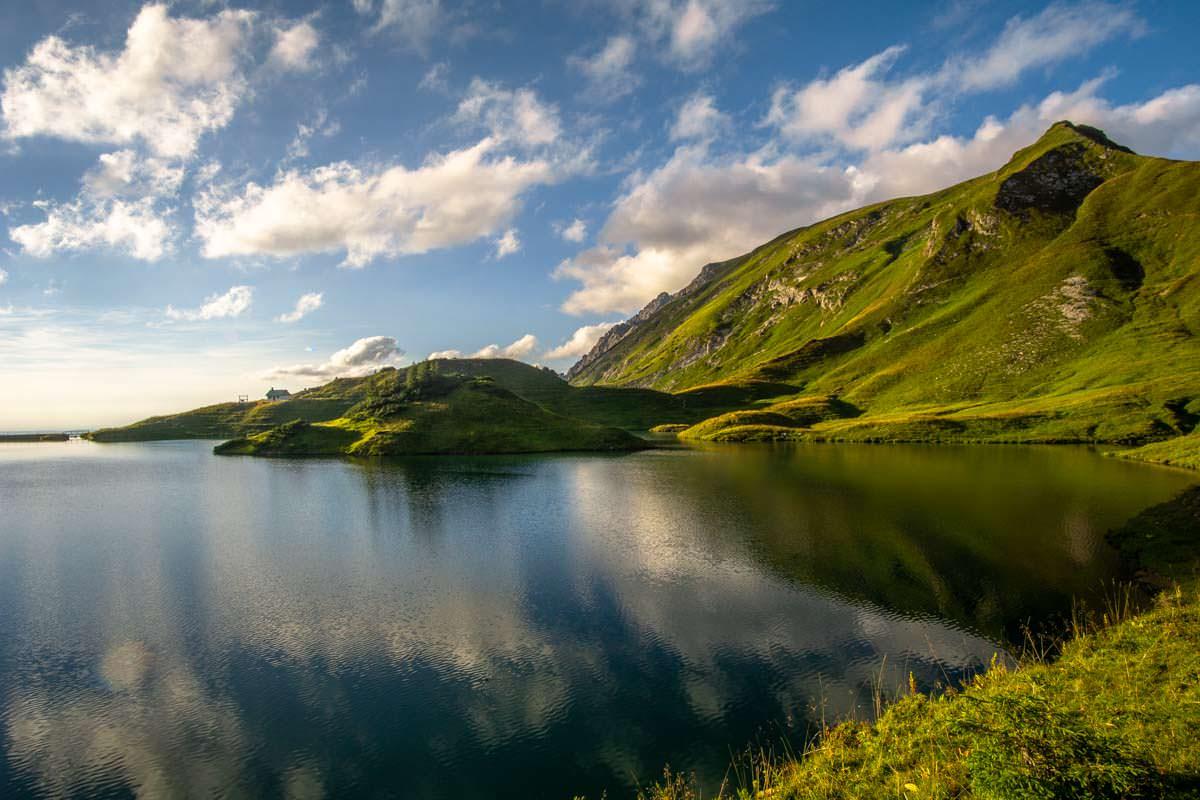 Die Insel im Schrecksee verleiht dem See ein vulkanisches Aussehen