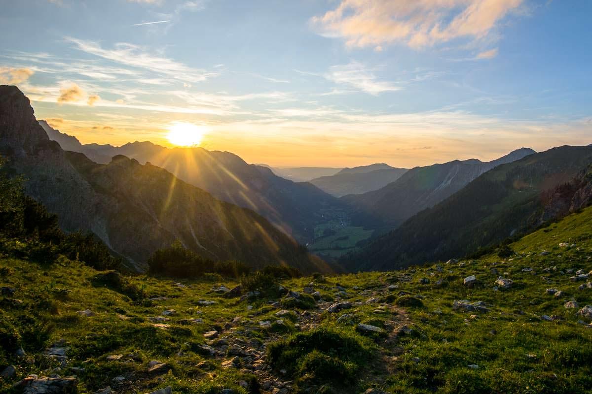 Auf dem Abstieg vom Schrecksee nach Hinterstein scheint uns die Sonne ins Gesicht